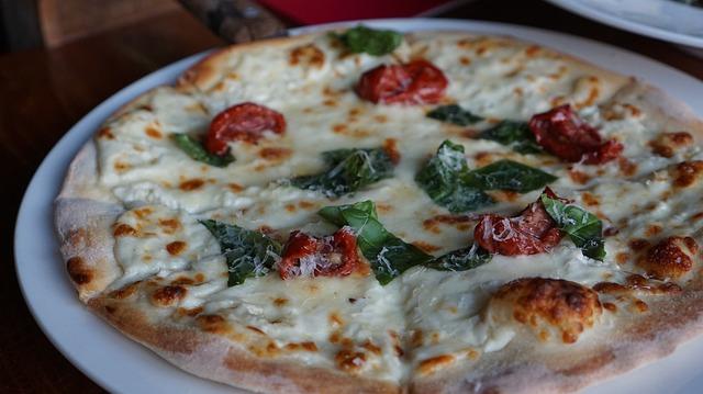 8-5 pizza-972782_640